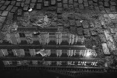 Riflessione di una costruzione in una pozza nella via di New York Fotografia Stock Libera da Diritti