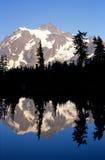 Riflessione di una montagna fotografia stock