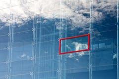 Riflessione di una nuvola in vetro fotografie stock