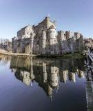 Riflessione di vecchio castello in acqua fotografie stock
