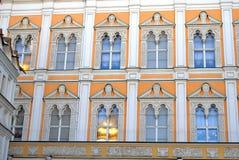 Riflessione dorata della finestra della cupola della chiesa Immagini Stock
