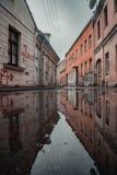 Riflessione drammatica dell'acqua della via nella vecchia città di Kaunas fotografia stock libera da diritti