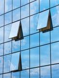 Riflessione in finestre aperte del grattacielo Immagini Stock Libere da Diritti