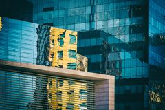 Riflessione gialla della costruzione su una facciata vetrosa del centro commerciale Immagine Stock Libera da Diritti