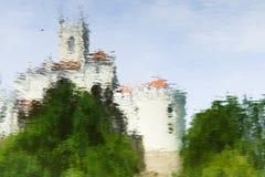 Riflessione medioevale del castello su acqua fotografia stock libera da diritti