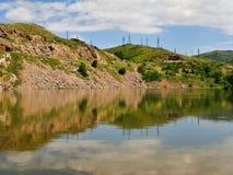 Riflessione nel fiume Irtysh di una strada della montagna Fotografie Stock