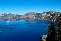 Riflessione nel lago crater, Oregon fotografie stock libere da diritti