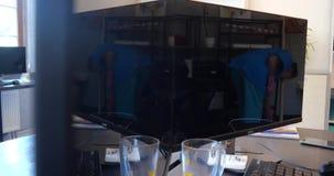 Riflessione nel monitor - il pulitore di ufficio pulisce la sala 4k stock footage