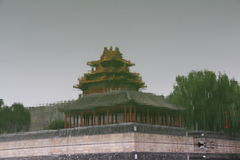 Riflessione nell'acqua della torre d'angolo di nord-ovest della Città proibita, Pechino Fotografia Stock