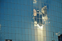 Riflessione nella costruzione di vetro Immagine Stock