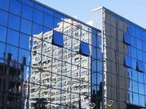 Riflessione nelle finestre dello specchio Fotografie Stock Libere da Diritti