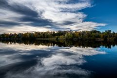 Riflessione o delle nuvole un fiume fotografia stock