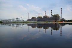 Riflessione o immagine di specchio della centrale elettrica termica Fotografie Stock Libere da Diritti