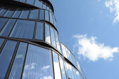Riflessione ondulata del cielo e della costruzione Fotografia Stock