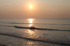 Riflessione pacifica dell'acqua della spiaggia di alba Fotografia Stock Libera da Diritti