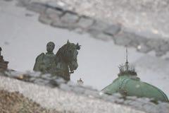 Riflessione in pozza, quadrato della Repubblica, Belgrado Fotografie Stock