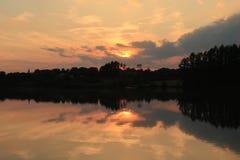 Riflessione rossa 2 del lago sunset di Firey fotografia stock