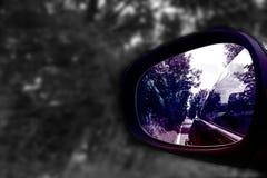Riflessione in specchio di automobile con un backgroumd grigio e una tonalità porpora fotografie stock libere da diritti