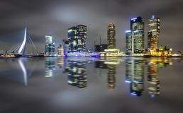 Riflessione stupefacente di notte del ponte di ERASMUS e di parecchi grattacieli a Rotterdam, Olanda immagine stock