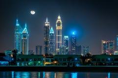 Riflessione stupefacente di notte della spiaggia di Jumeirah, Dubai, Emirati Arabi Uniti Fotografia Stock