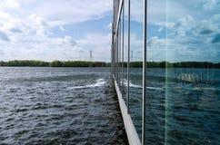Riflessione su vetro di costruzione moderna in acqua di Weer, Almere Immagine Stock