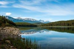 riflessione sul lago di Patricia in diaspro alberta fotografia stock libera da diritti