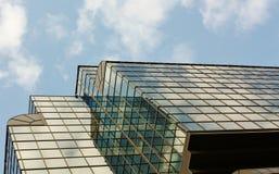 Riflessione sulla facciata della costruzione alta tecnologia di stile Fotografia Stock