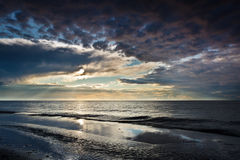 Riflessione sulla sabbia sopra il cielo dinamico Fotografia Stock