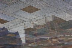 Riflessione tailandese del tempio nella pavimentazione del granito Fotografia Stock