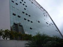 Riflessione in un'alta facciata di vetro di costruzione Immagine Stock
