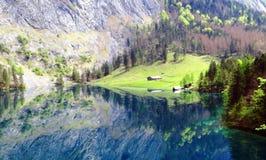 Riflessione in un lago blu Fotografia Stock