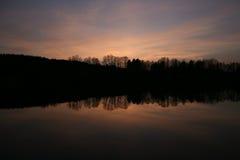Riflessione in un lago, fondo del cielo di sera di tramonto Fotografie Stock Libere da Diritti
