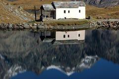 Riflessione in una cappella dal lago Fotografia Stock