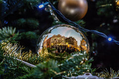 Riflessione in una palla di Natale su un albero di Natale al quadrato di Città Vecchia, Praga, repubblica Ceca Fotografia Stock
