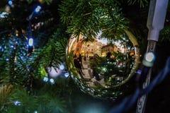 Riflessione in una palla di Natale su un albero di Natale al quadrato di Città Vecchia, Praga, repubblica Ceca Immagini Stock Libere da Diritti