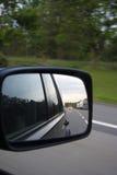 Riflessione in uno specchio di automobile Fotografia Stock