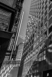 Riflessione urbana nel monocromio immagine stock libera da diritti