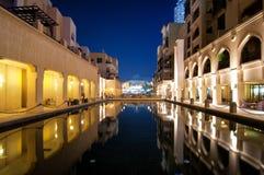 Riflessione variopinta della costruzione del souk nel centro della città durante la notte calma Il Dubai, Emirati Arabi Uniti Immagine Stock