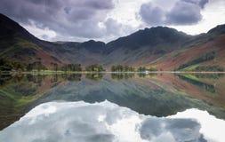 Riflessioni adorabili nel lago Buttermere, distretto del lago fotografia stock