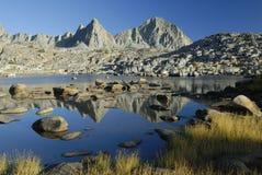 Riflessioni alpine in sierra montagne di Nevada Fotografia Stock