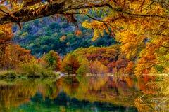Riflessioni arancio ardenti sul fiume di Frio a Garner State Park, il Texas Fotografia Stock Libera da Diritti