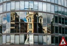 Riflessioni astratte in grande parete di vetro di costruzione moderna, alta Immagini Stock