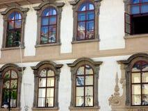 Riflessioni astratte a Praga storica che sviluppa Windows, repubblica Ceca Fotografie Stock