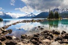 Riflessioni blu e verdi degli alberi e delle montagne, Garibaldi Lake Immagini Stock Libere da Diritti
