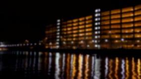 Riflessioni confuse della città su acqua alla notte archivi video