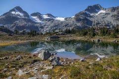 Riflessioni cristalline della montagna del fronte nel lago semaphore, BC Fotografia Stock Libera da Diritti