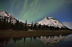 Riflessioni d'Alasca della montagna e dell'aurora Immagine Stock