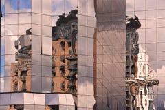 Riflessioni da una costruzione di vetro al porto di Salford a Manchester Regno Unito Immagini Stock Libere da Diritti