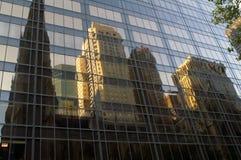 Riflessioni degli edifici alti nelle finestre grige del grattacielo Fotografie Stock