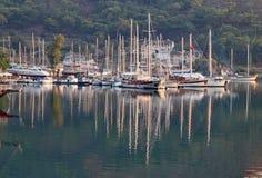 Riflessioni degli yacht a Marmaris su una bella sera di estate fotografia stock